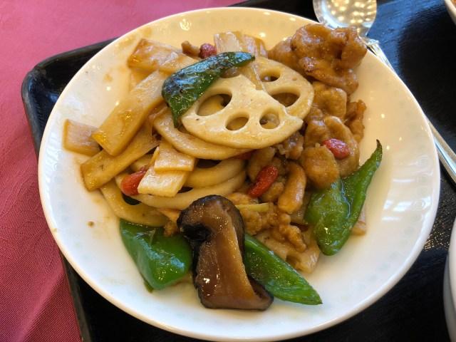 埼玉県飯能市のホテルマロウドインの中華料理の豚肉とレンコンの醤油炒め