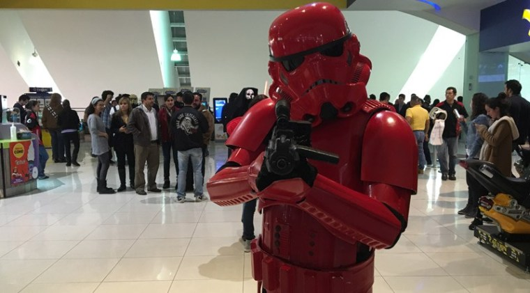 Star-Wars-The-Force-Awakens-Fans-Plaza-Universidad-9