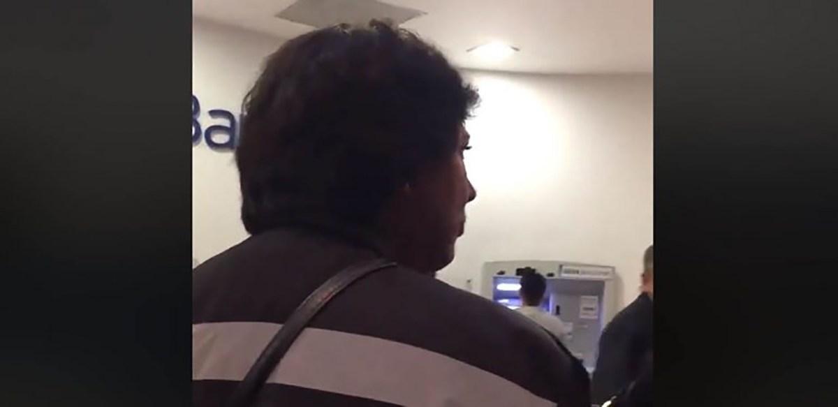 Aparece #LadyCajero agrediendo a un hombre en la fila