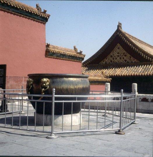 peking-kaiserpalast-wasserbottich 2000