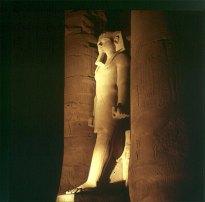 Luxortempel -1 Hof RamsesII und Frau