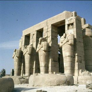 Totentempel-Ramesseum-Statuen