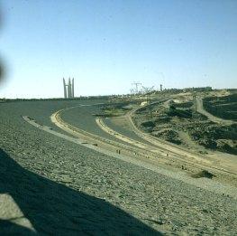 Assuan-Staumauer mit Denkmal
