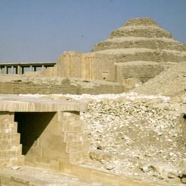Gizeh-Unasaufgang und Djoserpyramide