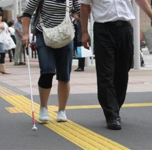 JR川越駅で全盲の女生徒の足を蹴る