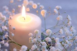キャンドルと白い花