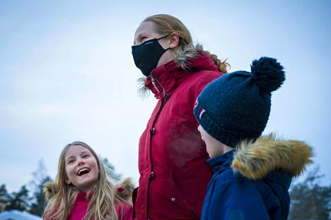 Elina Raudaskoski from Oulu was going to the cottage with her children Iida and Aapo for the weekend.