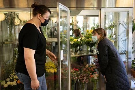 Jonna Kujansuu, an entrepreneur in Sofia's flower shop, talked to customer Suvi Korhonen.