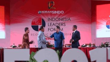 Chairman MNC Group Hary Tanoesoedibjo (dua kanan) menyerahkan cenderamata kepada Menteri Komunikasi dan Informatika Rudiantara (dua kiri) disaksikan moderator Eko B Supriyanto (kanan) dan Staf Ahli Menteri ESDM Prahoro Nurtjahjo seusai seminar sesi ke-2 ajang Indonesia Leaders Forum 2017 di Plataran Heritage Borobudur, Dusun Kretek, Karangrejo, Borobudur, Magelang, Jawa Tengah, Kamis (26/10).