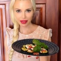 Mediterraner-orientalischer Genuss: Zucchini mit Granatapfel-Joghurt-Dressing