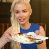 Kaffeekränzchen mit Topfenstrudel in der Wiener Kaffeehaus-Legende Hawelka