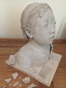 Réparation d'une sculpture en terre crue cassée, restauration d'une oeuvre en argile