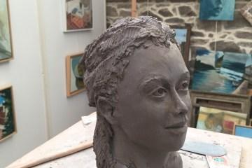 création en argile, fabrication d'une portrait en argile