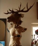tête de cerf posée sur mannequin (sans tête) en papier/carton