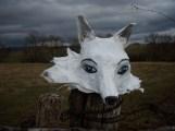 petit loup blanc aux yeux bleus , papier de soie et mixte