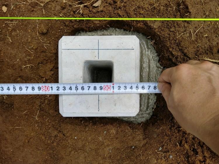四隅の束石からの間隔を測る