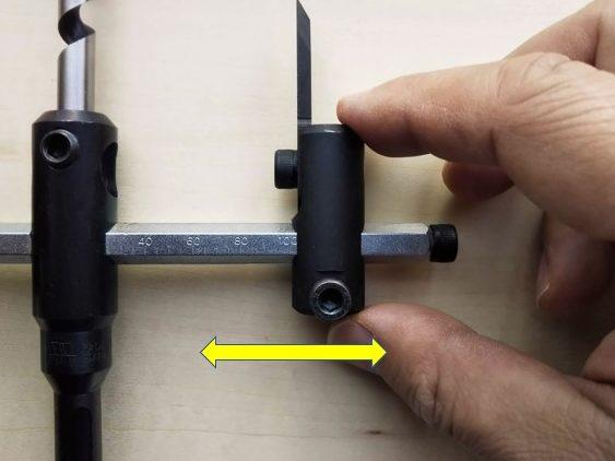 ホルダーを移動し穴径を調整