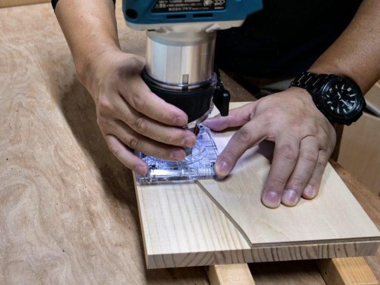 型板(テンプレート)に沿って切削