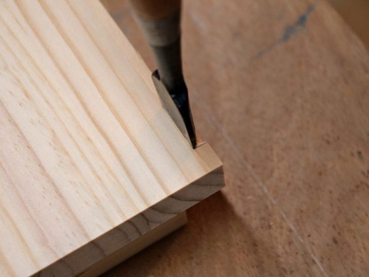 天板・地板の端部分をノミで仕上げる