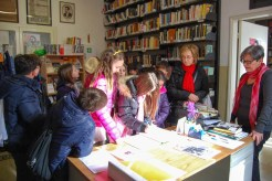 Ragazzi e ragazze all'interno della Biblioteca