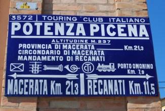 Targa del TCI collocata presso porta Girola o Marina. Foto Sergio Sabbattini.