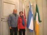 I coniugi Henry J. Novaira e Rosa Kosmus al fianco della Bandiera Argentina, all'interno della sala della Giunta Comunea. Foto gentilmente concesse da Oscar Tramannoni
