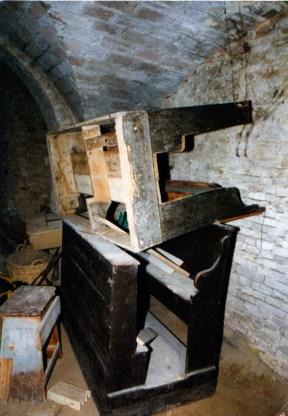 Banchi e inginocchiatoi chiesa. Sotterranei di San Francesco prima del lavoro di ripulitura del 1996. Archivio fotografico Ufficio Economato Potenza Picena.