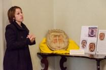 Paola Carestia illustra l'intervento di restauro. Inaugurazione restaurato stemma Comunale in Pietra Arenaria del Sec. XIV del giorno sabato 14 Novembre 2015. Foto Sergio Ceccotti.