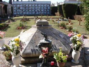 Sacrario ai caduti per la Patria del cimitero di Potenza Picena senza la croce in marmo abbattuta. Foto Mario Barbera Borroni.