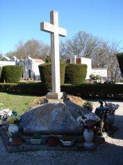 Sacrario ai caduti per la Patria del cimitero di Potenza Picena con la croce in marmo. Foto Mario Barbera Borroni.