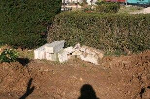 Pezzi della croce abbattuta del Sacrario ai caduti della Patria. Foto Mario Barbera Borroni.