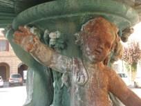 Particolari arrugginiti della fontana di Piazza Matteotti. Foto Paola Carestia.