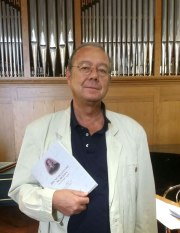 Il pronipote del M° Bruno Mugellini, il Prof. Bruno Re di Roma mostra il libro. Foto di Bruno Re.