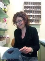 La pronipote del M° Bruno Mugellini, Laura Mugellini di Barbiano di Cotignola (Ravenna) mostra il libro. Foto di Laura Mugellini.