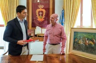José Alberto Caruso Dottori riceve il libro su Potenza Picena dal Sindaco Francesco Acquaroli.18 maggio 2016 donazione quadro di Luis Dottori al Comune di Potenza Picena. Foto di Sergio Ceccotti.