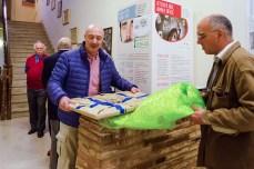 José Alberto Caruso Dottori mentre toglie l'imballo de quadro.18 maggio 2016 donazione quadro di Luis Dottori al Comune di Potenza Picena. Foto di Sergio Ceccotti.