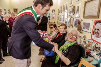 Il Sindaco Francesco Acquaroli consegna la medaglia a Giulia Asciuttti. Cerimonia del 18-6-2016 presso l'abitazione della famiglia Asciutti. Foto Sergio Ceccotti.