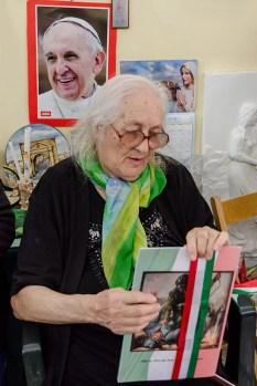Giulia Asciutti con l'opuscolo dedicato allo zio. Cerimonia del 18-6-2016 presso l'abitazione della famiglia Asciutti. Foto Sergio Ceccotti.