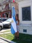 Melisa con la Bandiera Argentina davanti alla Piramide de Mayo. Visita di Melisa Tramannoni a Potenza Picena il giorno 1/7/2016. Foto di Mario Barbera Borroni.