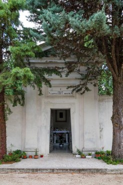 Esterno della Cappella dove è sepolto padre Pietro Lavini presso il cimitero di Potenza Picena. Foto Sergio Ceccotti.