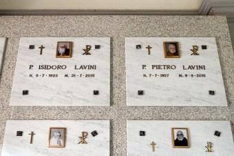 Lapidi delle tombe di p. Pietro e p. Isidoro all'interno della Cappellina. Foto Sergio Ceccotti.