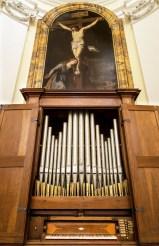 L'organo Giovanni Fedeli del 1757 e il quadro di Pietro Tedeschi - Foto Sergio Ceccotti.