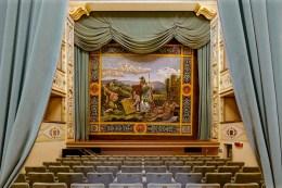 Sipario dedicato a Minerva del Teatro Mugellini. Foto Sergio Ceccotti.