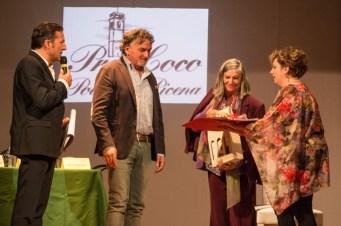 La Dott.ssa Graziaella Carassi viene omaggiata dai dirigenti della Pro-Loco di Potenza Picena. Quarto premio Poesia Giovanni Pastocchi - 18-9-2016. Foto di Elisa Cartuccia.