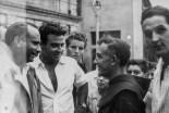 """Piazza Matteotti, da sx Fangio, Marimon, padre Erasmo Percossi, Bruno Grandinetti, Luigino Cittadini ('o Cordà). Fototeca Comunale """"B. Grandinetti""""."""