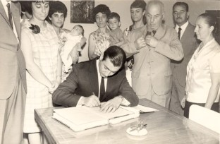 Reinaldo Carestia mentre firma il registro. Foto Franco Carestia.
