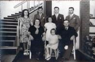 Flia de GIUSEPPE SCOCCO Y ANTONIA CAMILETTI con sus hijos: ANA MARÍA (Nena), Raúl Enrique Scocco (Nene), Hugo Nazareno, Ricardo (atrás parados). Margarita Esther (Chola) (en el medio de ellos) y Hedi Norma (sentada). Foto Margarita Scocco.