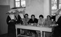 Le suore cappellone insieme alle ospiti della casa di Riposo di Potenza Picena. Fototeca Comunale Bruno Grandinetti.