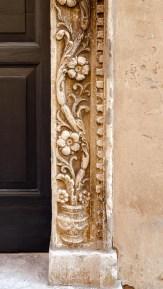 Particolare del portale Palazzo Trionfi (oggi Mazzoni) del 1469. Foto di Sergio Ceccotti.