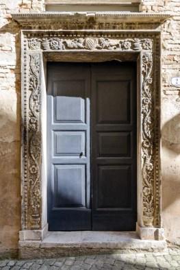Portale Palazzo Trionfi (oggi Mazzoni) del 1469. Foto di Sergio Ceccotti.